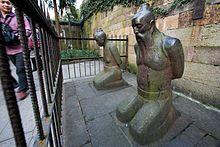 Kipovi izdajnika Čin Huia i njegove žene nalaze se u Kini kod Zapadnog jezera u Handžou-slika sa Vikipedije