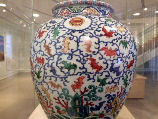Kineska porcelanska vaza sa motivima slepih miševa. Slika sa: https://herschelian.wordpress.com