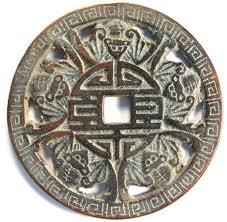 Drevna kovanica sa simbolom za sreću okružen slepim miševima. Slika sa:  https://herschelian.wordpress.com